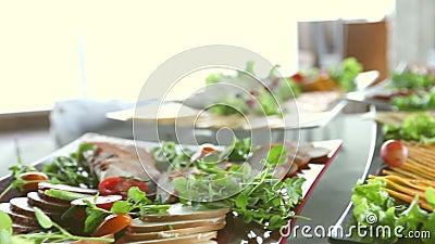 Tabella con alimento, insalate, il ristorante ed il concetto di approvvigionamento video d archivio