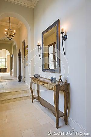 Tabella di console antica con lo specchio nel corridoio fotografia stock immagine 33898780 for Idee deco spiegel