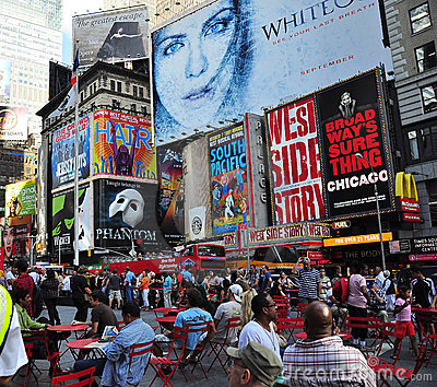 Tabelloni per le affissioni del broadway - di New York City Fotografia Editoriale