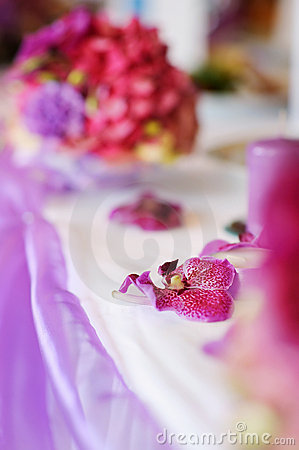 A table decorated with a purple flowers
