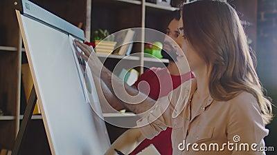 Tableau blanc de nettoyage de femme daffaires dans le bureau femme