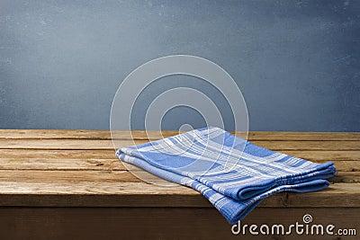 Tablecloth na drewnianym stole