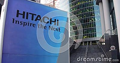 Tablero de la señalización de la calle con el logotipo de Hitachi Rascacielos del centro de la oficina y fondo modernos de las es almacen de video