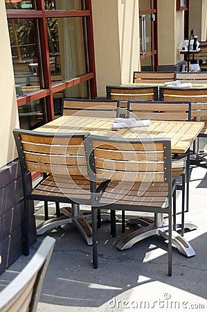 Tables et chaises en bois dans le restaurant ext rieur for Table exterieur restaurant