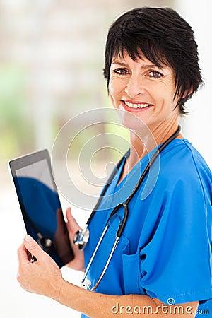 Tablette de docteur âgée par milieu