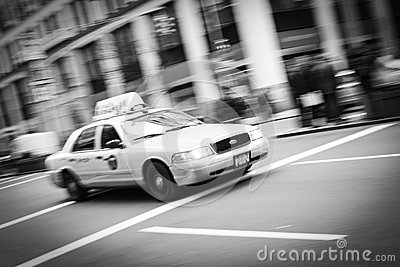 Tache floue de taxi de New York City noire et blanche Photo stock éditorial