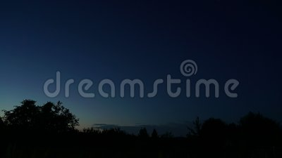 Tag für Nacht, dunkelblauer Himmel, dunkel blauer Himmel, düster Dämmerung stock video footage