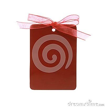Tag vermelho do presente amarrado com fita (com trajeto de grampeamento)