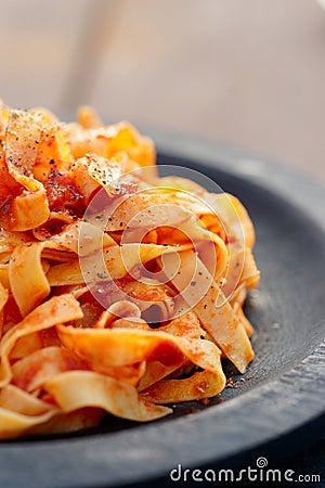 Tagliatelles avec la sauce tomate dans le plat en bois - Enlever tache sauce tomate ...