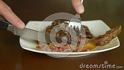 Taglio e cibo del rotolo del mandrino della bistecca archivi video