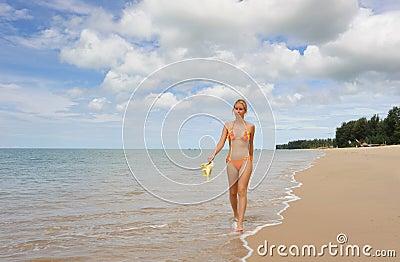 Tailandia. Mar de Andaman. Muchacha hermosa en traje de baño