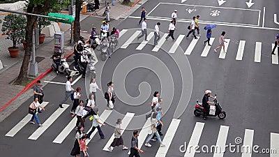TAIPEI, TAIWAN - 15 MEI 2019: Voetgangers die de weg oversteken in Big City. Mensen lopen bij Crosswalk. Bovenaanzicht stock footage