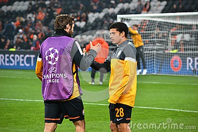 Taison y Srna antes del partido de la Champions League Fotografía editorial