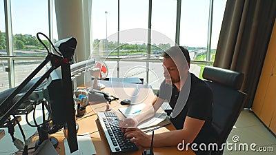 Talkie-walkie et ordinateur d'utilisation des employés de service de route à l'intérieur de salle de commande moderne Fond de rou banque de vidéos