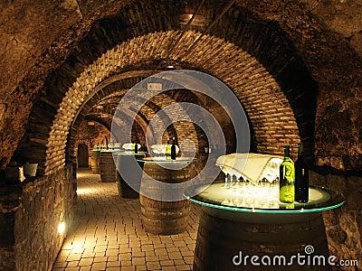 Tambores de vinho na adega velha