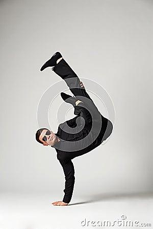 Tancerz w formalnej odzieży pozyci w mrozie