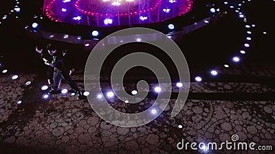 Tancerze zawodowi tańczą w pięknej fontannie w nocy Wyświetl z kwadratu zbiory wideo