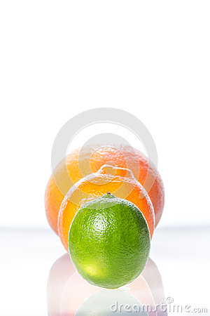 Free Tangerine, Grapefruit And Lime On Black Plate Isolated On White Royalty Free Stock Photos - 32463018
