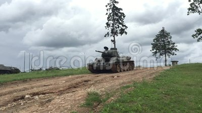 Tank t-34 in motie stock footage