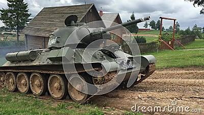 Tank t-34 in motie stock video