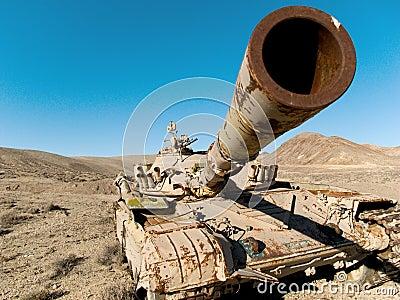 Tanque militar no deserto