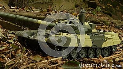 Tanque T-72 en posición de combate metrajes
