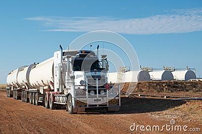 Tanques de trem e de petróleo de estrada