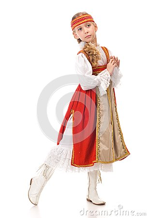 Tanzen des jungen Mädchens im nationalen Kleid