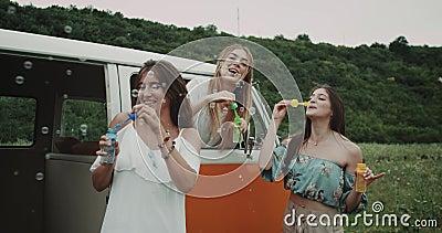 Tanzen zur Musik, die dem Schlag, eine Blasenpartei mit Freunden habend glaubt 4K Zeitlupen stock footage
