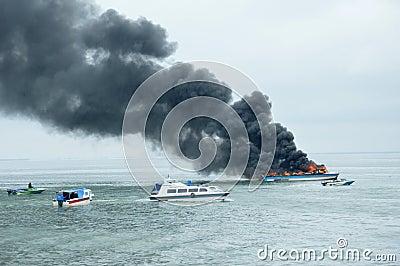 在Tarakan,印度尼西亚加速在火的小船 图库摄影片
