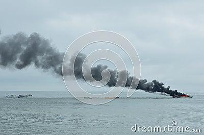 在Tarakan,印度尼西亚加速在火的小船 编辑类图片