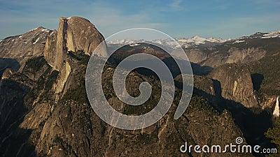 A tarde da tarde que filtra a vista de Nevada cai no parque nacional de Yosemite video estoque