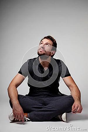 Target3532_1_ przyglądający mężczyzna