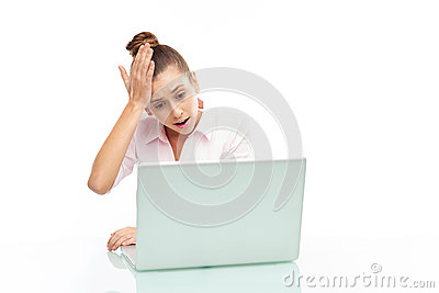 TARGET698_0_ przy jej laptop wzburzona kobieta