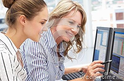 TARGET904_1_ wpólnie na komputerach biznesowe kobiety