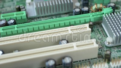 Tarjeta de circuito impreso con muchos componentes eléctricos almacen de video