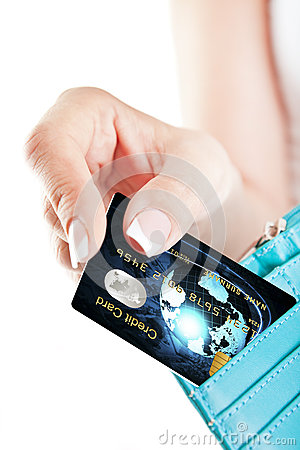 Tarjeta de crédito en la mano de la mujer sacada de la cartera
