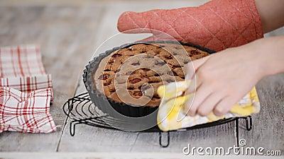 Tarte de chocolate cozido e fresco com recheio de cereja filme