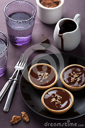 Tartelettes with chocolate ganache and walnut