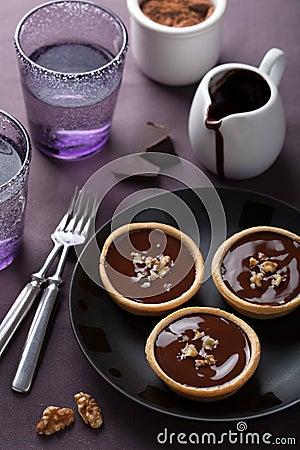 Tartelettes with chocolate ganache and walnut