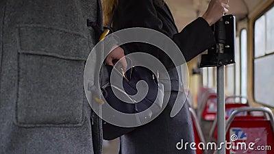 Taschendieb, der Geldbörse von einer Frau ` s Tasche in der Tram oder im Bus stiehlt stock footage