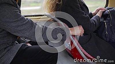 Taschendieb, der Telefon von einer Frau ` s Tasche in der Tram oder im Bus stiehlt stock video