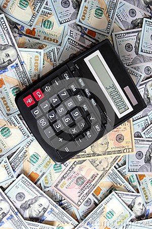 Taschenrechner auf Hintergrund von hundert Dollarscheinen