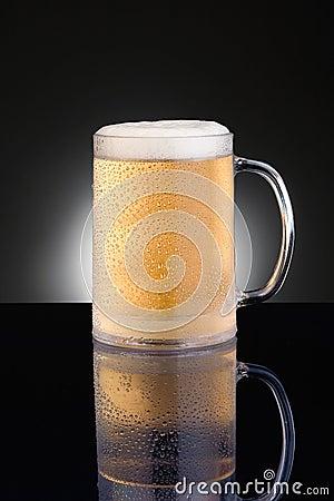 Tasse de bière givrée de tasse