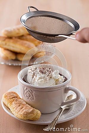 Tasse de chocolat avec de la crème et les ladyfingers fouettés