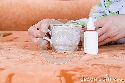 Tasse Tee und einen nasalen Spray