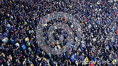 Tausende von Leuten aufpassendes Fußballspiel am Stadion, großes Sportereignis stock video footage