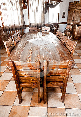 Tavola rotonda nella sala da pranzo con le sedie di legno for Sedie tavola da pranzo
