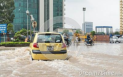 Taxi che lotta attraverso l inondazione Fotografia Stock Editoriale