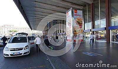 Taxi en Roma Imagen de archivo editorial